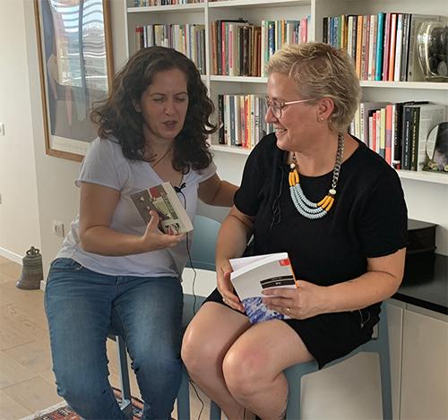תמונה של רננה בן ארי ותמי פישל בספרייה